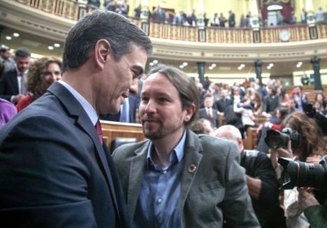 Pedro Sánchez med ledaren för koalitionspartnern Unidas Podemos, direkt efter utnämningen 7 januari. Foto: PSOE