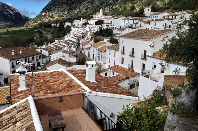 Villaluenga del Rosario ligger vid Grazalemabergen, i Cádizprovinsen.