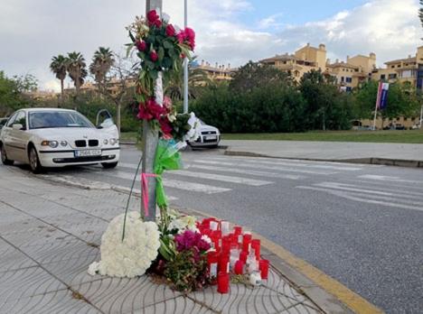 Blommor vid det övergångsställe där den 40-åriga Bella Fátima dödades.