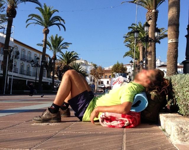En rysk man som vistats som hemlös Nerja hade flytt från ett fängelsestraff i Tyskland, genom att knivhota en sjuksköterska. Bilden är på en annan man som sover på gatan vid Balcón de Europa.