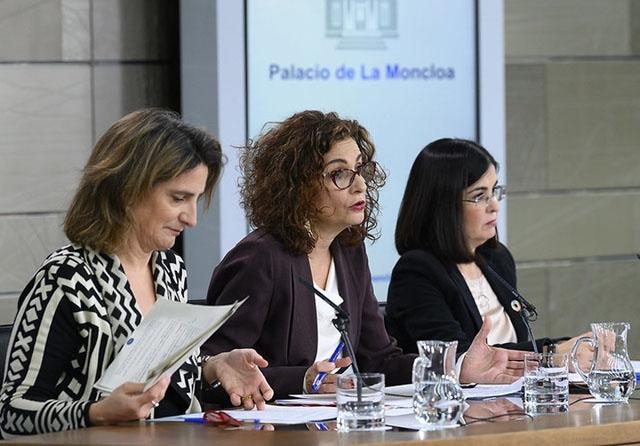 De första ministermötena har bland annat ägnats åt att anta höjningar av både pensionerna och de statsanställdas löner.