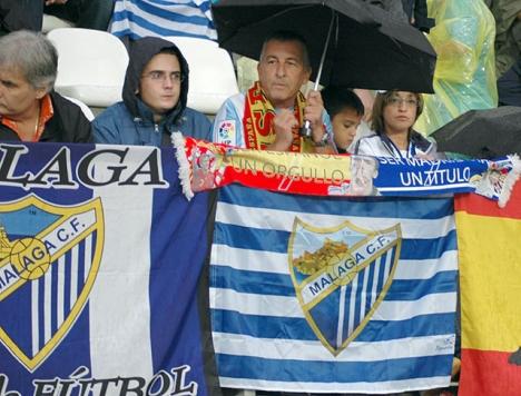 Aktieägare i fotbollsklubben Málaga har anmält ägaren Al Thani till tingsrätten.