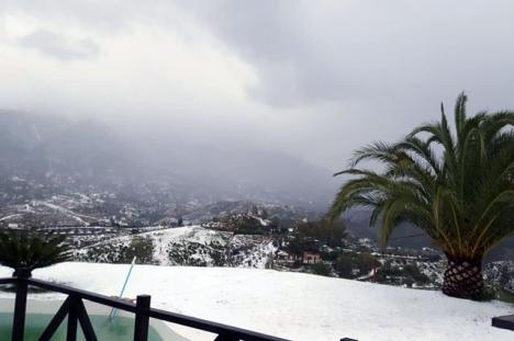Stora delar av västra Costa del Sol vaknade upp 25 januari under ett vitt hageltäcke. Foto: Bomberos de Mijas