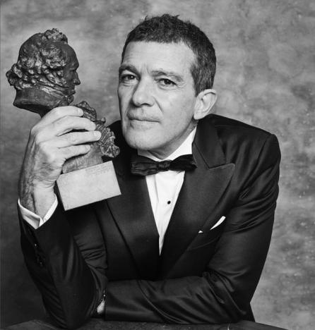 Antonio Banderas med sin statyett för bästa manliga huvudroll. Foto: Premios Goya