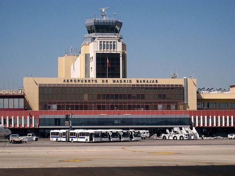 Samtliga in- och utgående flyg ställdes under mer än en timme in på måndagen 3 februari, efter att minst en drönare siktats i det närliggande luftrummet.