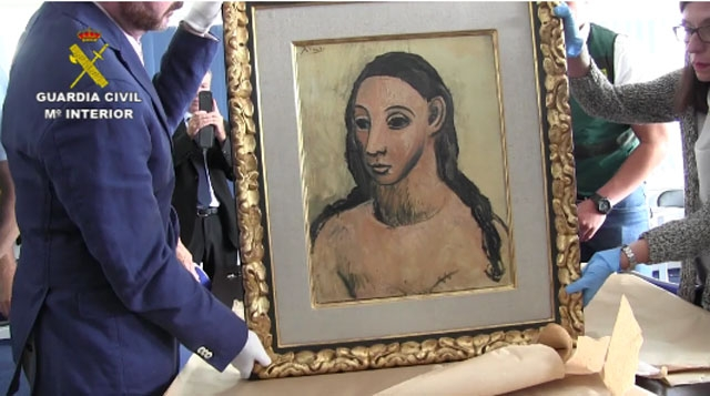 Guardia Civil med den beslagna tavlan av Picasso.