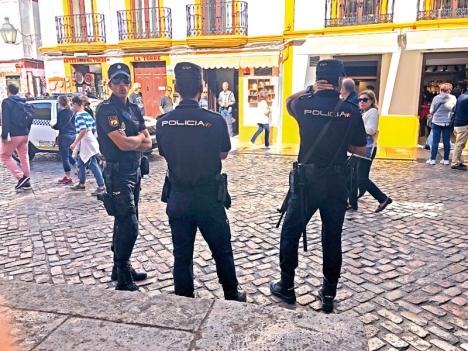 Policía Nacional delar ansvaret för allmänhetens säkerhet på riksnivå med Guardia Civil. Men det finns även regionala och lokala poliskårer och deras uppgifter går ofta in i varandra.