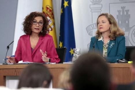 Skatteministern María Jesús Montero och finansministern Nadio Calviño, efter ministerrådet där tillväxtförväntningarna sänkts ytterligare.