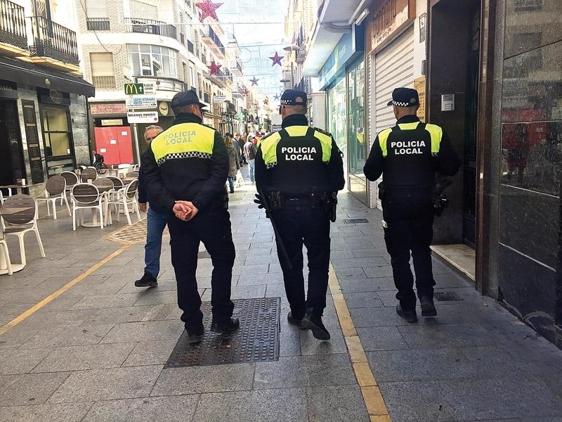 Landets poliser har fått direktiv om att hålla behörigt avstånd till allmänheten.