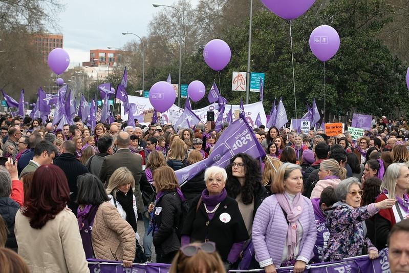 Hundratusentals personer, majoriteten kvinnor, trotsade 8 mars coronaoron för att uppmärksamma Internationella kvinnodagen. Foto: PSOE