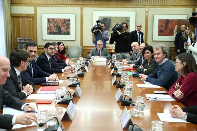 Pedro Sánchez vid det senaste avstämningsmötet i samordningsgruppen för coronakrisen.