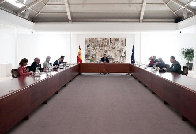 Spaniens krisgrupp i möte med regeringschefen Pedro Sánchez.