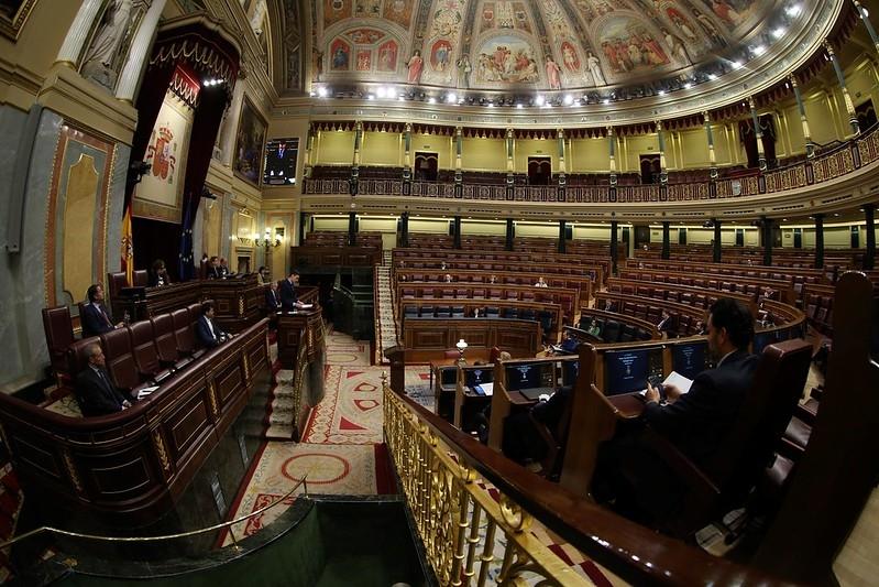Pedro Sánchez redogjorde 18 mars för larmsituationen i Spanien, inför ett närmast tomt parlament. Foto: PSOE