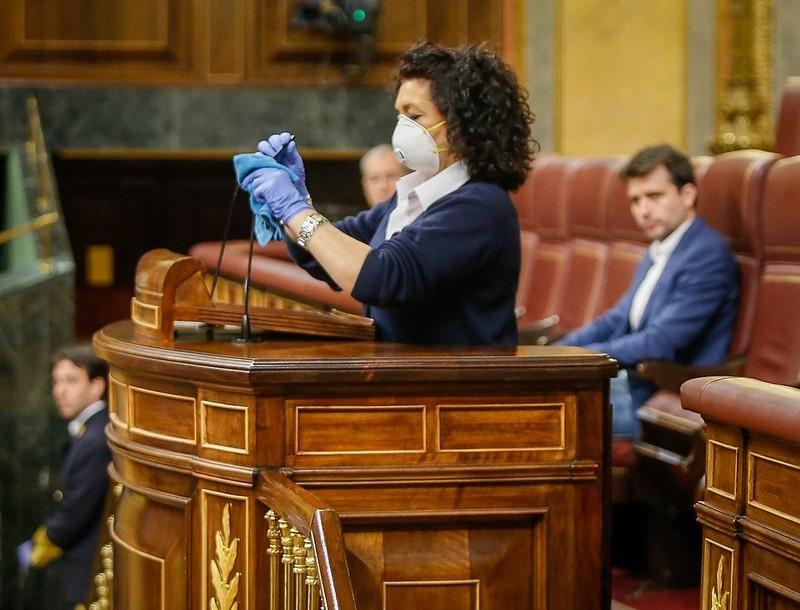 En symbol för den sanitära krisen i Spanien är hur talarstolen i riksparlamentet på onsdagen desinfektades mellan varje talare. Foto: PSOE