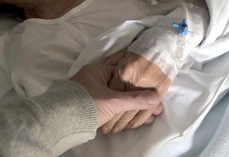 Många av de som insjuknar och avlider just nu i Spanien får inte ens uppleva denna gest. Tänk på det innan du eventuellt klagar på att du inte får samåka till flygplatsen.