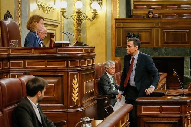 Regeringschefen Pedro Sánchez och talmannen Meritxell Batet under den utdragna debatten i riksparlamentet 25 mars. Foto: PSOE