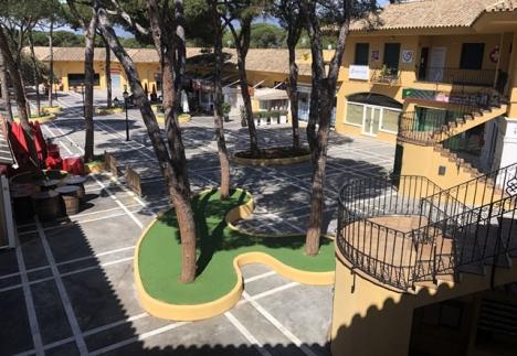 I och med att de spanska myndigheterna befarar att många inte tar eget ansvar tvingas alla hålla sig permanent inomhus. Bilden är från ett öde köpcenter i Elviria (Marbella).