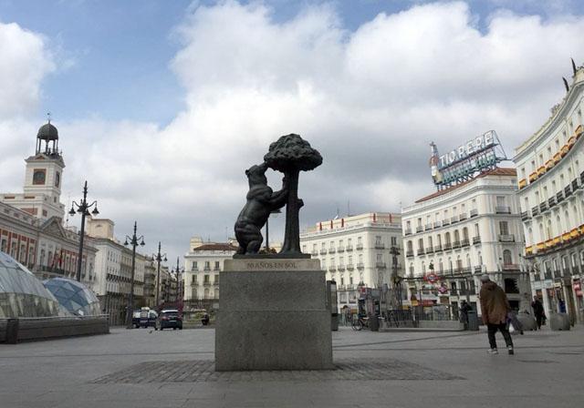Den som ger sig ut på gatan i en spansk stad i dagsläget riskerar glåpord från självutnämnda poliser i balkongerna. Psykologer menar att det hör ihop med den överanvända krigsretoriken. Foto: Jaime García Morato