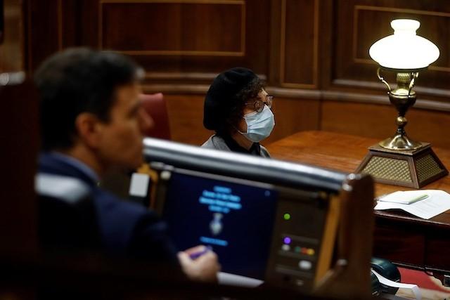 Debatten i parlamentet på skärtorsdagen hölls åter med en bråkdel av ledamöterna närvarande och stora försiktighetsåtgärder. Foto: PSOE