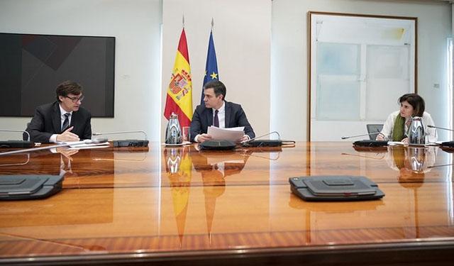 Hälsovårdsministern Salvador Illa (till vänster) håller social distans till regeringschefen Pedro Sánchez. Foto: PSOE
