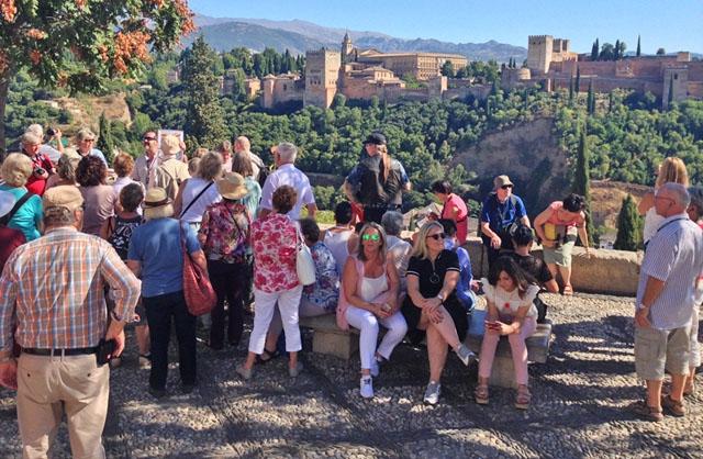 Allt pekar på att vi under lång tid framöver kommer tvingas hålla avstånd, undvika folksamlingar och längre resor. Den spanska turistsektorn räknar med mångmiljardförluster och hundratusentals förlorade jobb.