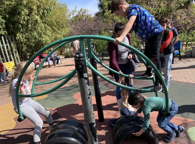 Det höjs allt fler röster för att barnen ska få lov att gå ut i friska luften för att minska de psykologiska effekterna av karantänen.