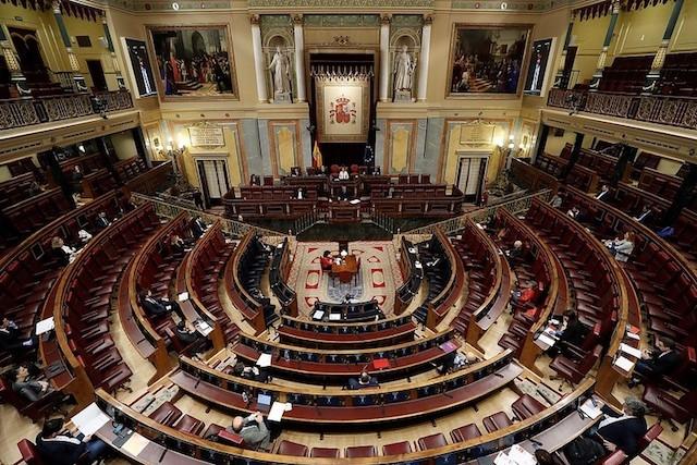 Förlängningen av larmsituationen i Spanien debatterades åter i ett närmast tomt riksparlament och en majoritet av ledamöterna röstade på distans. Foto: PSOE