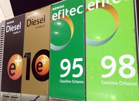 De rekordlåga bränslepriserna har lett till den första negativa inflationen i Spanien på nära fyra år.