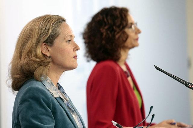 Finansministern Nadia Calviño och skatteministern María Jesús Montero, vid fredagens presskonferens. Foto: PSOE