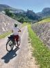 På svagt lutande backar och långa nedförslut som knappast märks, rullar man cirka fyra mil om dagen på moderna cyklar.