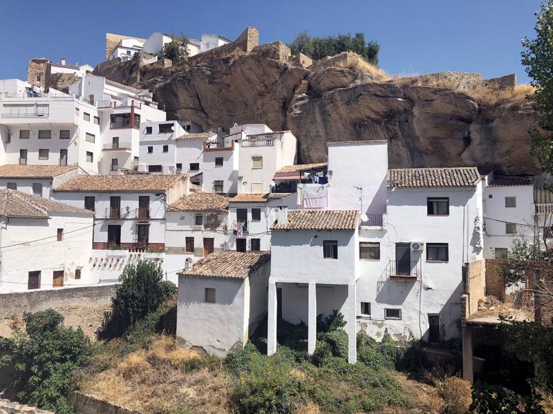 Kalken sägs ha renande effekter och en av orsakerna till de vitmålade andalusiska byarna, sägs vara just epidemier på 1500- till 1800-talen. Fotot är från Setenil de las Bodegas (Cádiz).