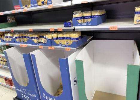 Dagarna innan larmsituationen utlystes agerade många i panik och hamstrade toalettpapper och livsmedel, så att butikshyllorna gapade tomma.