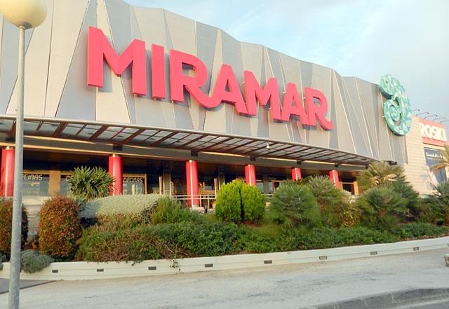 I Fas 2 får köpcenter öppna på nytt, men med maximal 40 procent av sin normala kapacitet kunder på en gång.