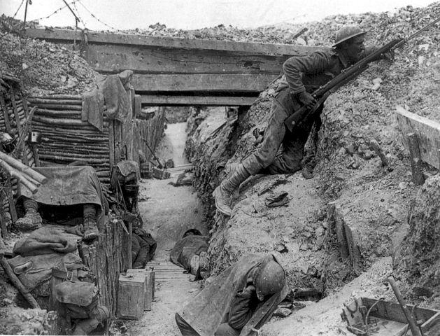 Mot bättre vetande tar undertecknad efter ovanan att bruka krigsliknelser. Fotot är från slaget vid Somme, 1916. Foto: John Warwick Brooke  (1886–1929) /Wikimedia Commons