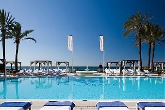 Vid både stränder och gemensamma simbassänger gäller begränsningar av antalet badgäster samt noggrann hygien.