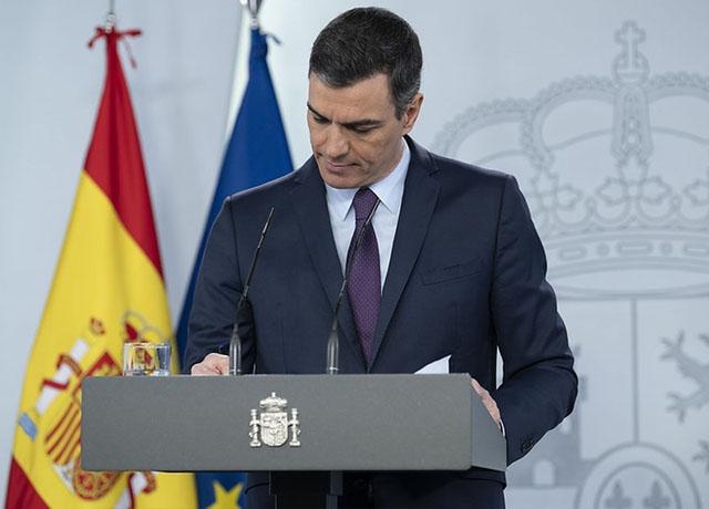 Pedro Sánchez uppmuntrar befolkningen att börja planera sin sommarsemester, men utlyste 23 maj samtidigt landssorg i Spanien från och med tisdag 26 maj och under tio dagar.