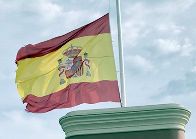Alla officiella fanor i Spanien ska vaja på halv stång dag som natt tills midnatt natten till 6 juni. Det är den längsta landssorgen i  spansk demokratiskt tid.