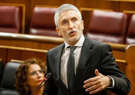 Inrikesministern Fernando Grande-Marlaska fick oväntad hjälp att avleda uppmärksamheten från hans person, i den senaste debatten i parlamentet. Foto: PSOE