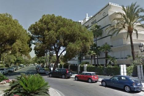Dådet utfördes utanför denna byggnad, vid Calle Arturo Rubinstein. Foto: Google Maps