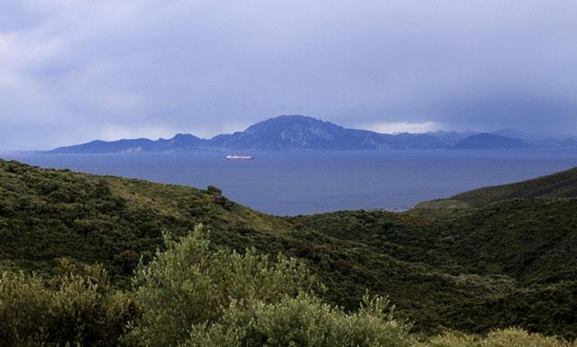 Minst 240 flyktingar anlände till Andalusiens kuster i helgen, bland annat undsattes fem personer som försökte ta sig över Gibraltarsund i två kajaker.