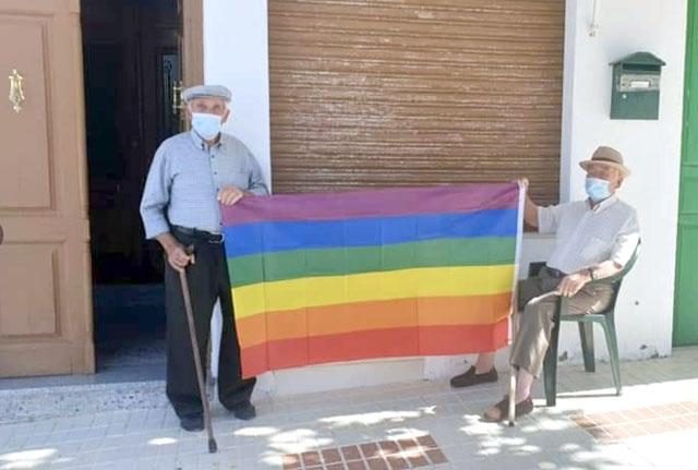 Istället för en regnbågsflagga på kommunbalkongen sattes hundratals upp i i fönster och privata balkonger i byn Villanueva de Algaidas. Foto: @FelixIzq94_/Twitter