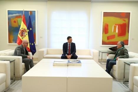 Spaniens regeringschef Pedro Sánchez tillsammans med fackföreningsledarna Pepe Álvarez (UGT) och Unai Sordo (CCOO).