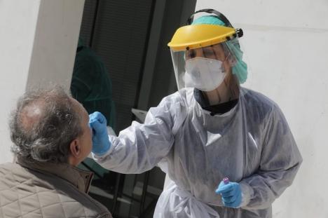 Allt fler av de smittade upptäcks och kan kontrolleras, men fortfarande går en stor majoritet under radarn. Det utgör en potentiell risk för plötslig samhällsspridning.