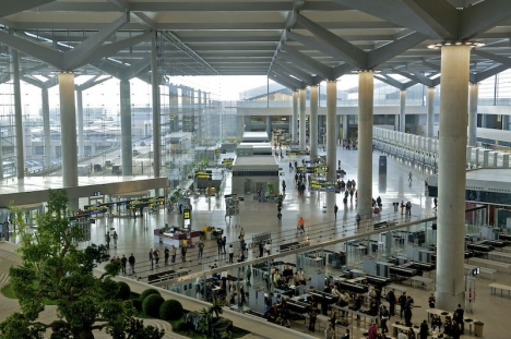 Flygplatserna får utökade resurser för att genomföra obligatoriska hälsokontroller av inresande i landet.