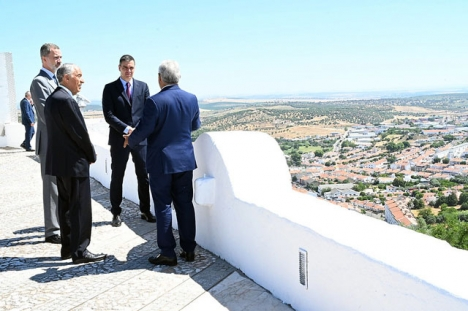 De spanska och portugisiska statscheferna vid Alcazaba de Badajoz, 1 juli 2020.