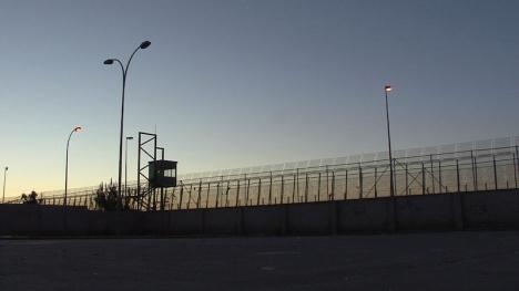 Gränserna mellan Spanien och Marocko förblir stängda och därmed även landsgränserna i Ceuta och Melilla. På bilden syns  ett gränsstaket i Melilla.