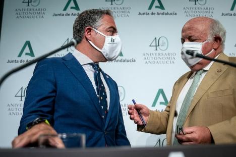 Andalusiska presidentrådet Elias Bendodo tillsammans med det regionala hälsorådet Jesús Aguirre. Foto: La Junta de Andalucía