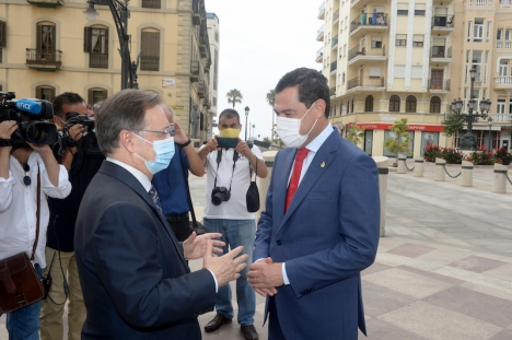 Juanma Moreno aviserade det nya kravet i samband med ett besök i Ceuta lördag 11 juli. På bilden tillsammans med Ceutas regionalpresident Juan Jesús Vivas. Foto: La Junta de Andalucia