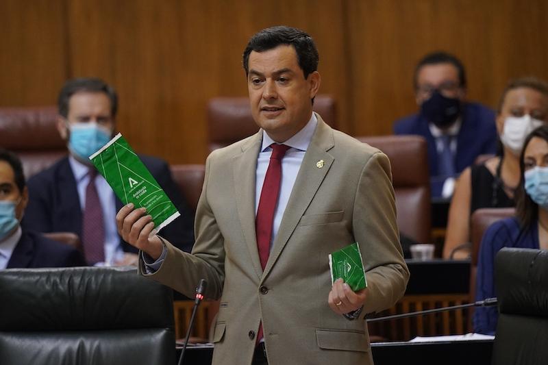 Regionalpresidenten i Andalusien Juanma Moreno, uppmanar alla att vänja sig vid att bära munskydd, överallt, alltid, i alla sammanhang. Foto: La Junta de Andalucía
