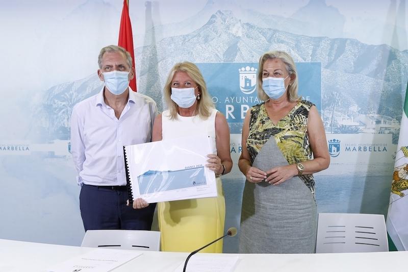 Byggchefen José María Morente, borgmästare Ángeles Muñoz och stadsplaneringsrådet María Francisca Caracuel. Foto: Ayuntamiento de Marbella